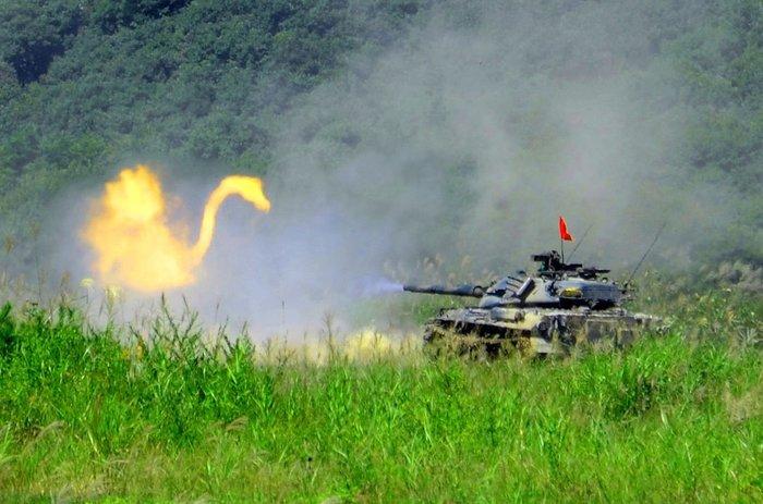 Китайский танк ведет бой с демоном, принявшим вид гигантского лебедя