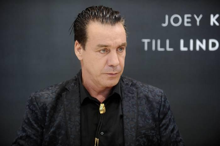Лидер группы Rammstein сломал челюсть назойливому поклоннику Rammstein, Тилль Линдеманн, Ссора, Надоело