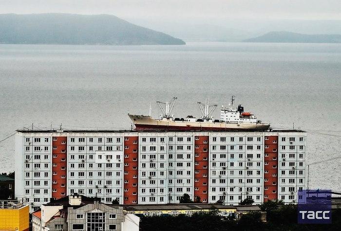 Корабль на крыше во Владивостоке Владивосток, Фотография, Ракурс, Корабль, Дом, Море, Амурский залив, Приморский край