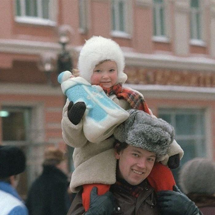 Папа с дочкой на елочном базаре накануне нового, 1986 года. А у вас был такой Дед Мороз?