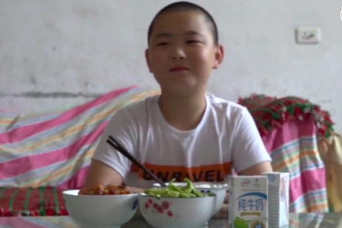 Китайский ребёнок много ест и толстеет ради спасения отца Китай, Отец, Лейкемия, Болезнь, Сын, Обжорство, Забота