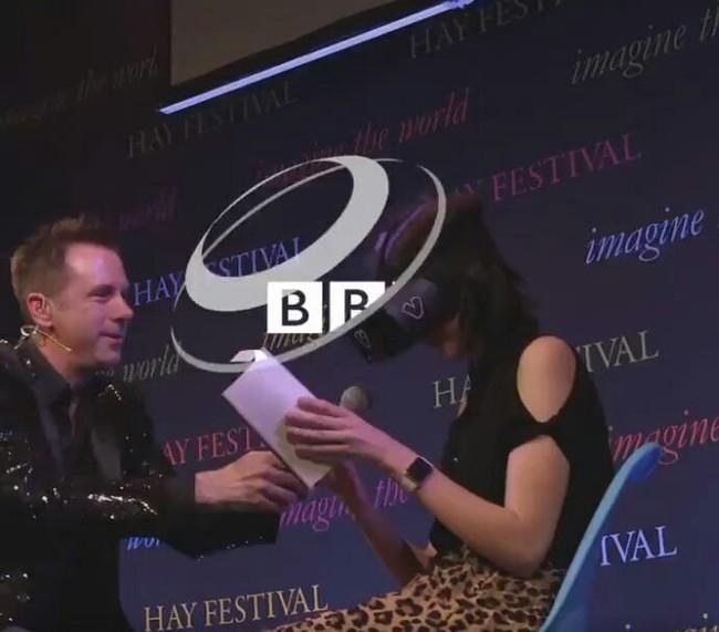 Слепая девушка читает «Гарри Поттера» благодаря технологиям. BBC, Технологии, Слепота, Добро, Гарри Поттер, Twitter, Длиннопост