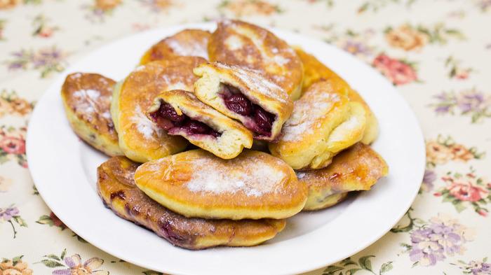 Бездрожжевые пирожки на кефире, жареные на сковороде Пирожок, Рецепт, Видео рецепт, Видео, Тесто, Кефир, Вишня