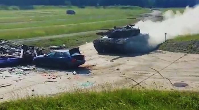 Танк Leopard на всех парах разносит автомобиль BMW. Танки, Leopard 2A4, Военные учения, Германия, Youtube, Видео