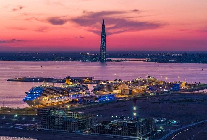 Круизные лайнеры в вечернем порту Петербурга