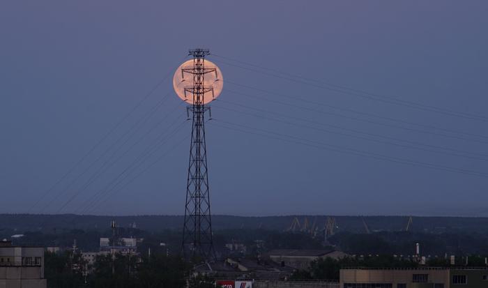Луна и провода Луна, Фотография, Телеобъектив, ЛЭП, Вечер