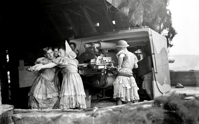 Репетиция любительского военного театра прервана для подготовки зенитных орудий к стрельбе. Графство Кент, Великобритания, 1941 год.