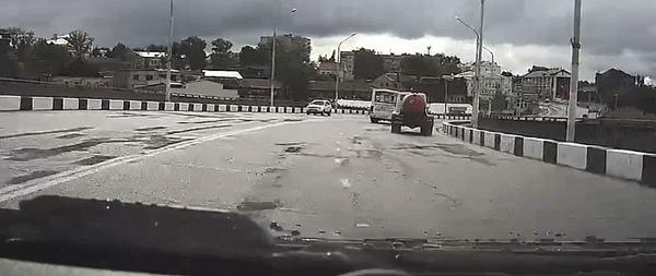 Автобус с пассажирами потерял управление на мосту. ДТП, Кострома, Пазик, Гифка