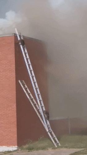 Пожарные установили лестницы для запасного отхода Енот, Пожар, Склад, Лестница, Гифка