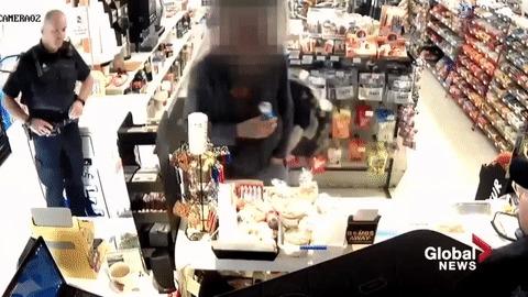 Парень пытался использовать украденную кредитку, когда сзади него стоял полицейский