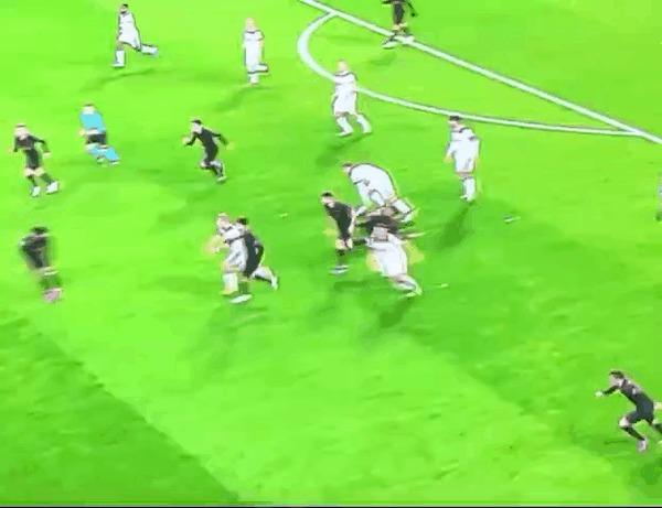 Как игроки «Атлетико» возвращаются в защиту при контратаке «Локомотива»