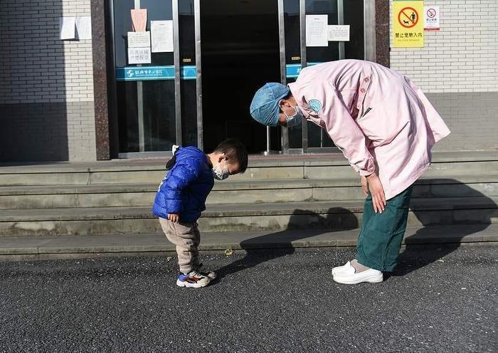 Выписанный из центральной больницы Шаосин в провинции Чжэцзян двухлетний пациент благодарит доктора