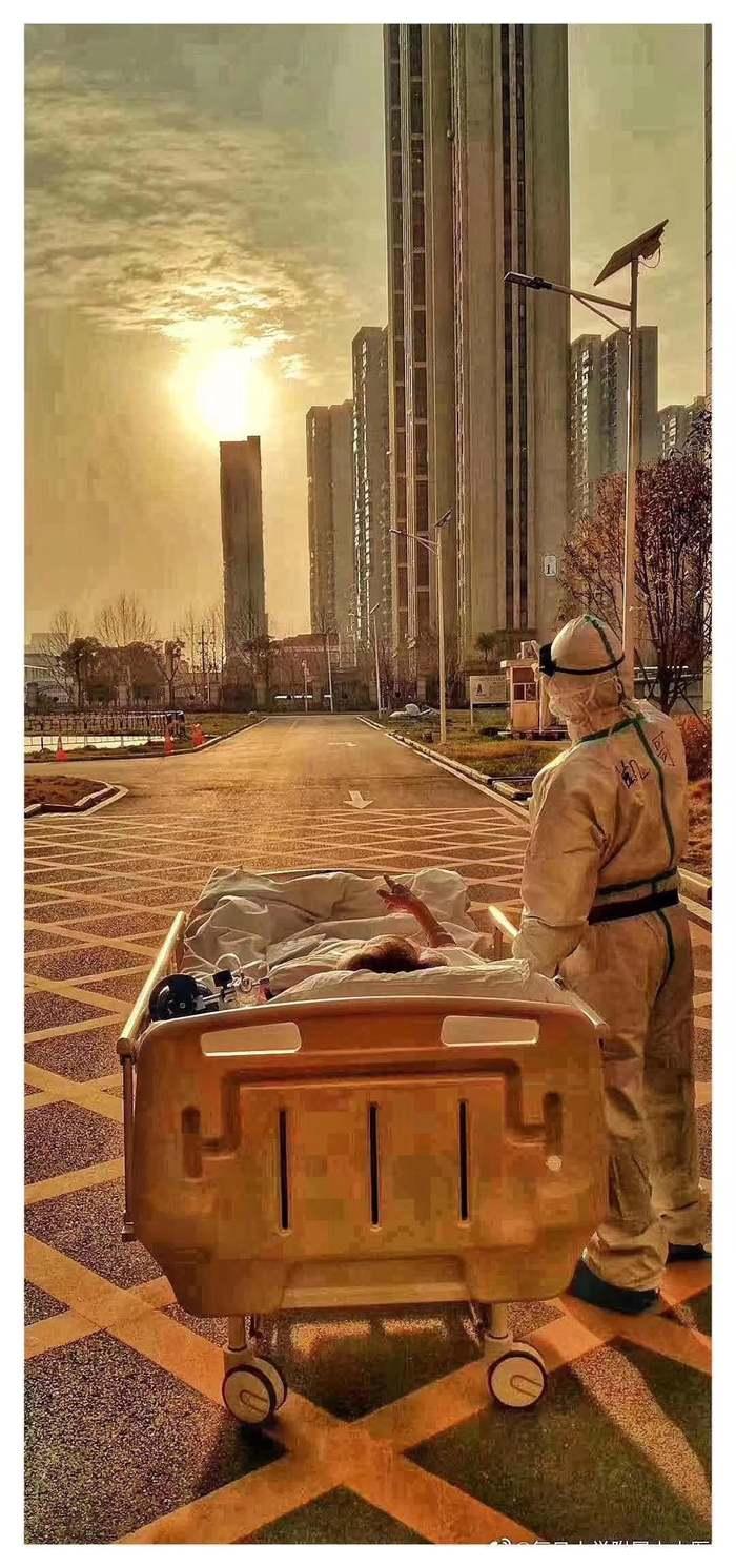 Доктор в Ухане вывез 87-летнего больного, что бы он увидел закат, ведь скорее всего это будет его последний...