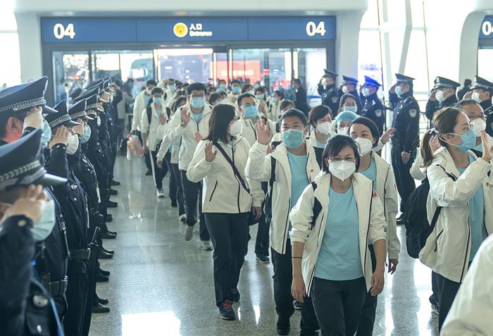 Полиция встречает врачей, прибывших из Уханя