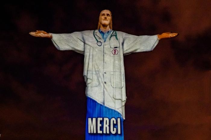 В Бразилии подсветили статую Иисуса таким образои, что он стал выглядеть как врач