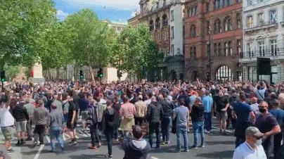 Тысячи англичан вышли на улицы Лондона защищать исторические памятники под хоровое исполнение «Боже, храни королеву» Великобритания, Лондон, Памятник, Гифка, Длиннопост, Уинстон Черчилль, Смерть Джорджа Флойда