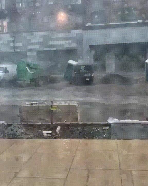 Что может пойти не так, если ты решил пойти в туалет на улице во время урагана? Ураган, Шторм, Погода, Туалет, Улица, Неудача, Видео, Гифка