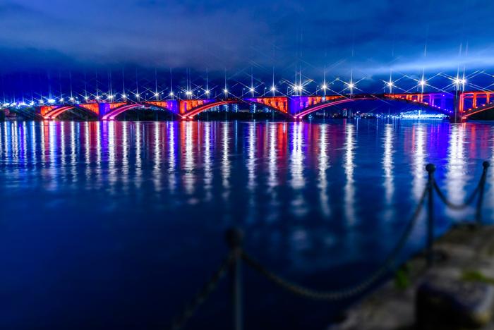 Коммунальный мост в ночном Красноярске