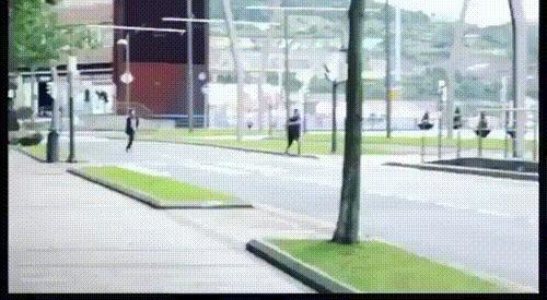 Вор украл у женщины кошелёк и попытался сбежать, но полицейский, который в свой выходной гулял рядом, сумел догнать и задержать его Испания, Бильбао, Воровство, Вор, Мужчина, Бег, Полиция, Задержание, Гифка, Видео