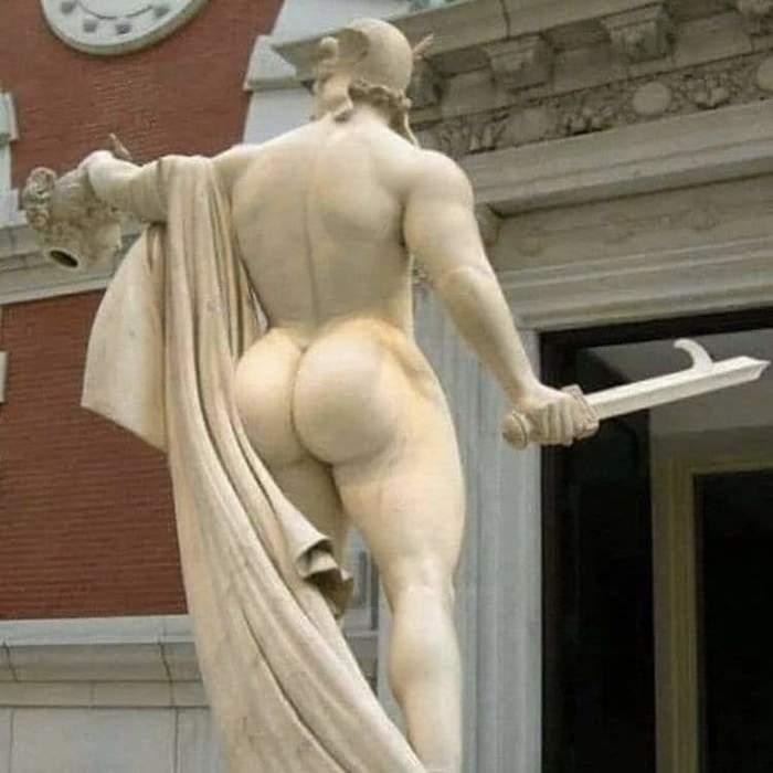 Персей не щитом отвлекал Медузу