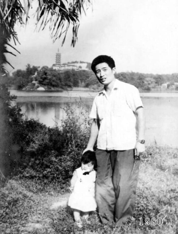 Мужчина в течение 40 лет фотографировался с дочерью на одном и том же месте