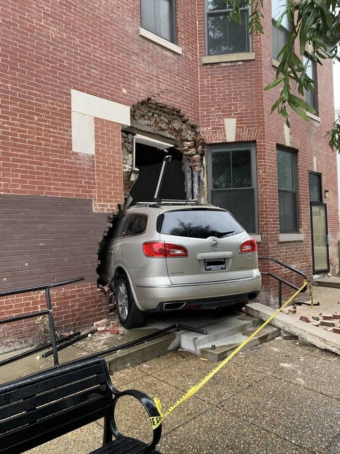 Когда захотел припарковаться максимально близко к своему дому
