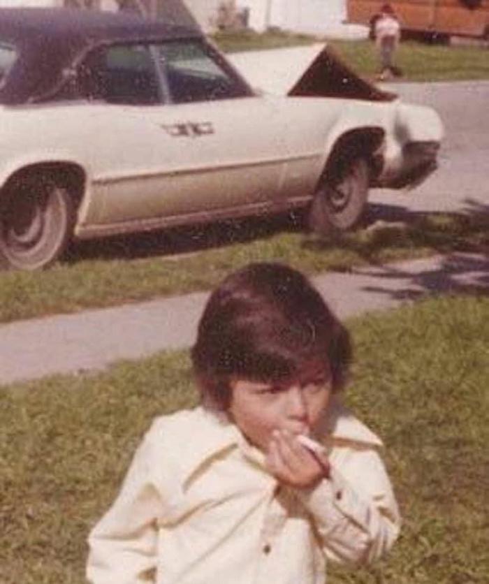 1974 год. Пацан, который угнал машину отца и разбил её, делает последнюю затяжку перед тем, как встретиться с отцом и последствиями