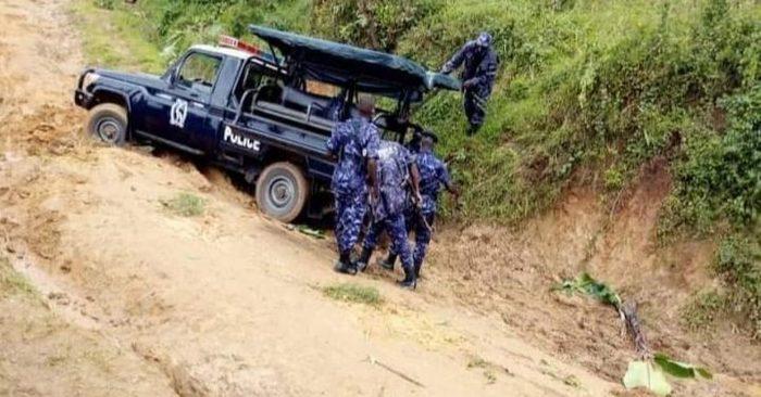 В Уганде полицейская машина намертво застряла на плохой дороге, когда ехала разгонять митинг против плохих дорог