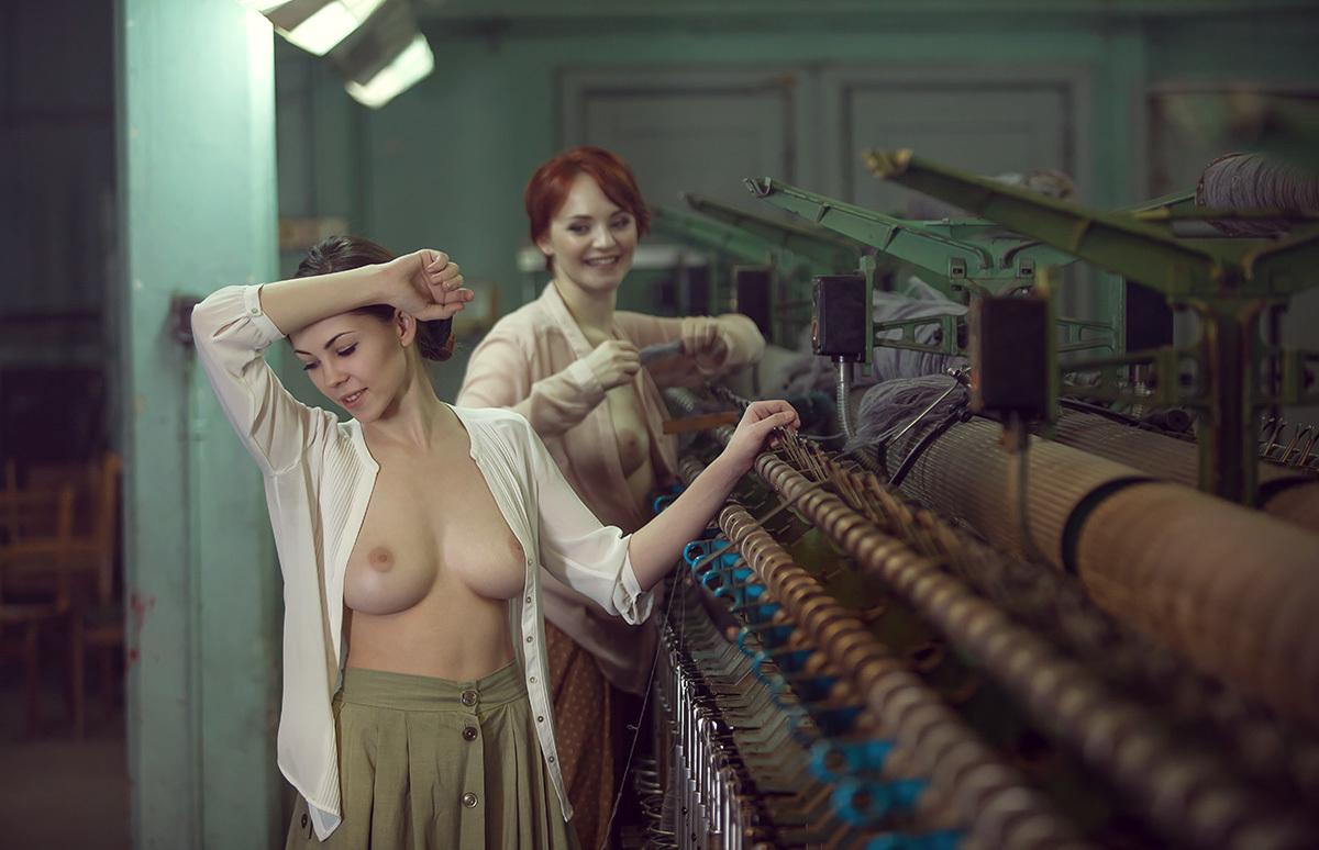 fabrichnie-devushki-golie-massazh