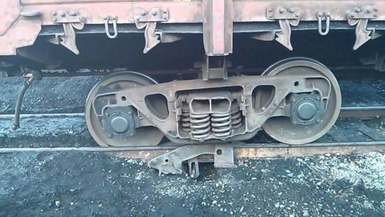 Как возвращают на место сошедший с рельсов поезд вагон, рельсы, лягушка, Такое, подсказкам, устанавливают, мужика, затем, машинист, вслепую, только, голосовым, начинает, стоит, миллиметру, загонять, лягушку, оттуда, Больше, можно