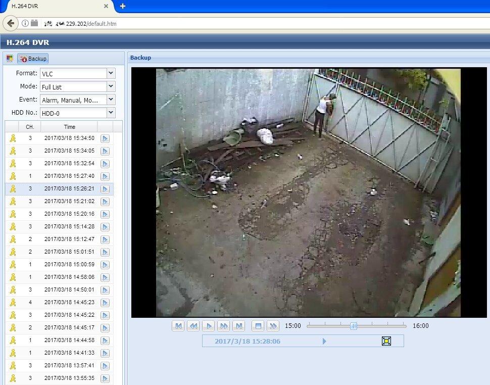 delaet-muzhchina-podglyadivaem-veb-kameru-domashnee-video
