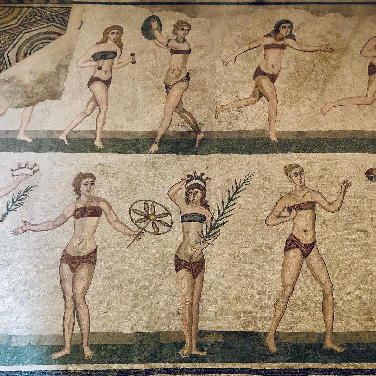 Девушки в бикини на древнеримской вилле | Пикабу