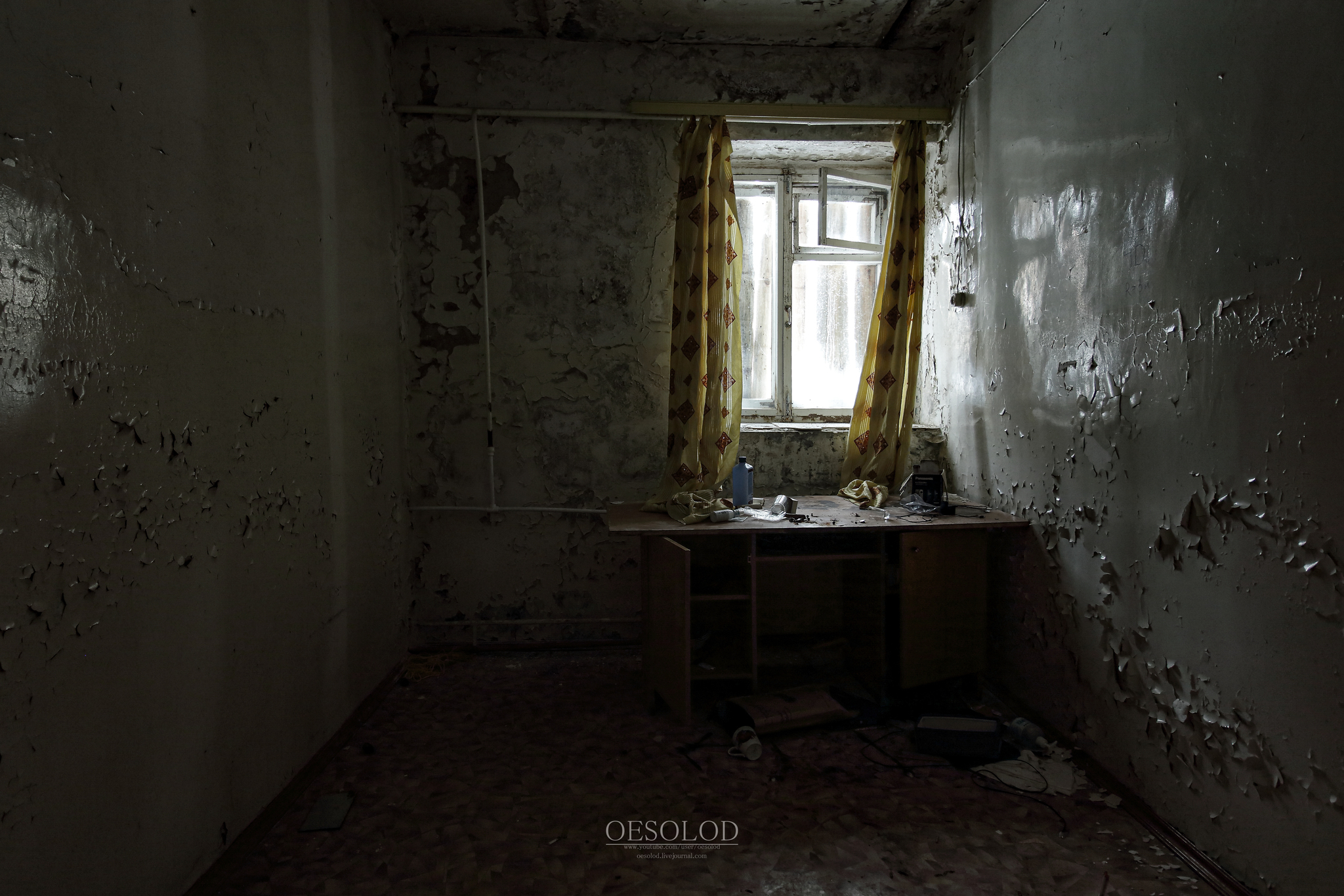Однокурсницы в заброшенном помещении